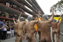 Estudantes andaram nus nesta sexta-feira (7) para comemorar o anivers�rio de 107 anos da Universidade Polit�cnica das Filipinas (PLP). (Foto: Romeo Ranoco/Reuters)
